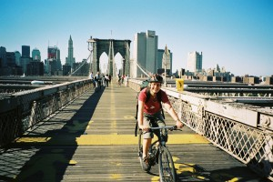 Fietsen op Brooklyn Bridge, new York